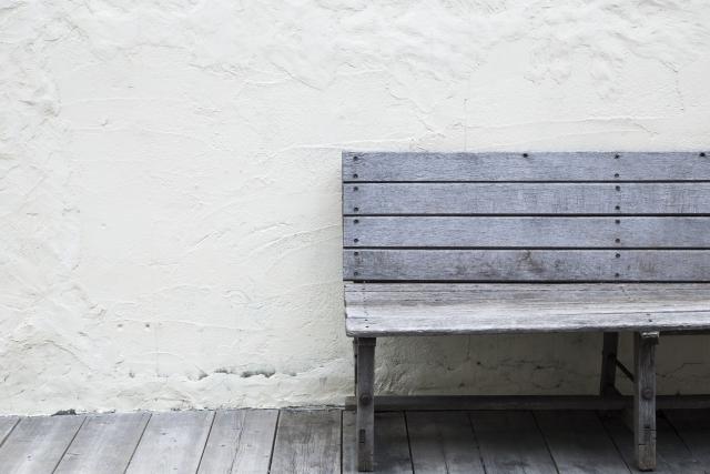 壁とベンチ