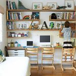 子どもの学習机。壁を活用した収納とおしゃれになる配置の参考例