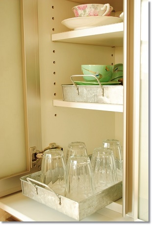 来客が来てもサッと出せて使い勝手が良くなるカップボードの収納法のイメージ