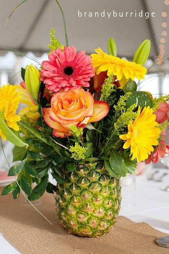 パイナップルに入った花