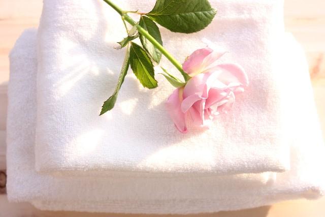 タオルと薔薇の花